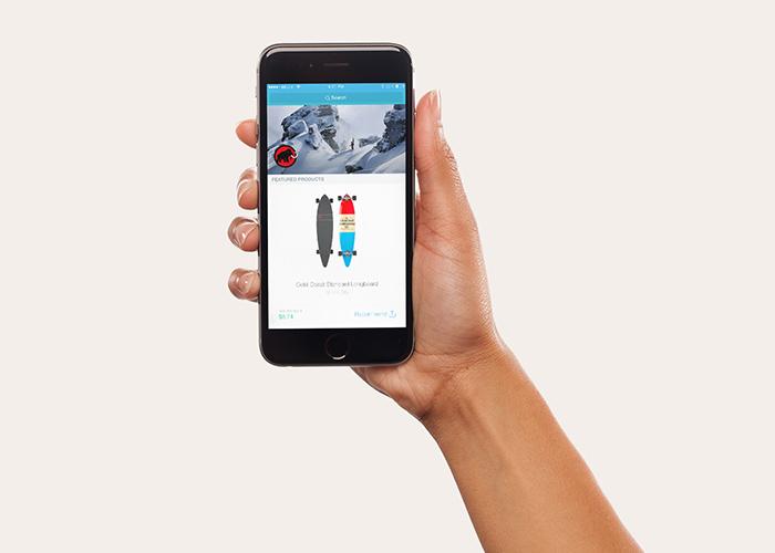 手持iPhone 7 plus模型(PSD)